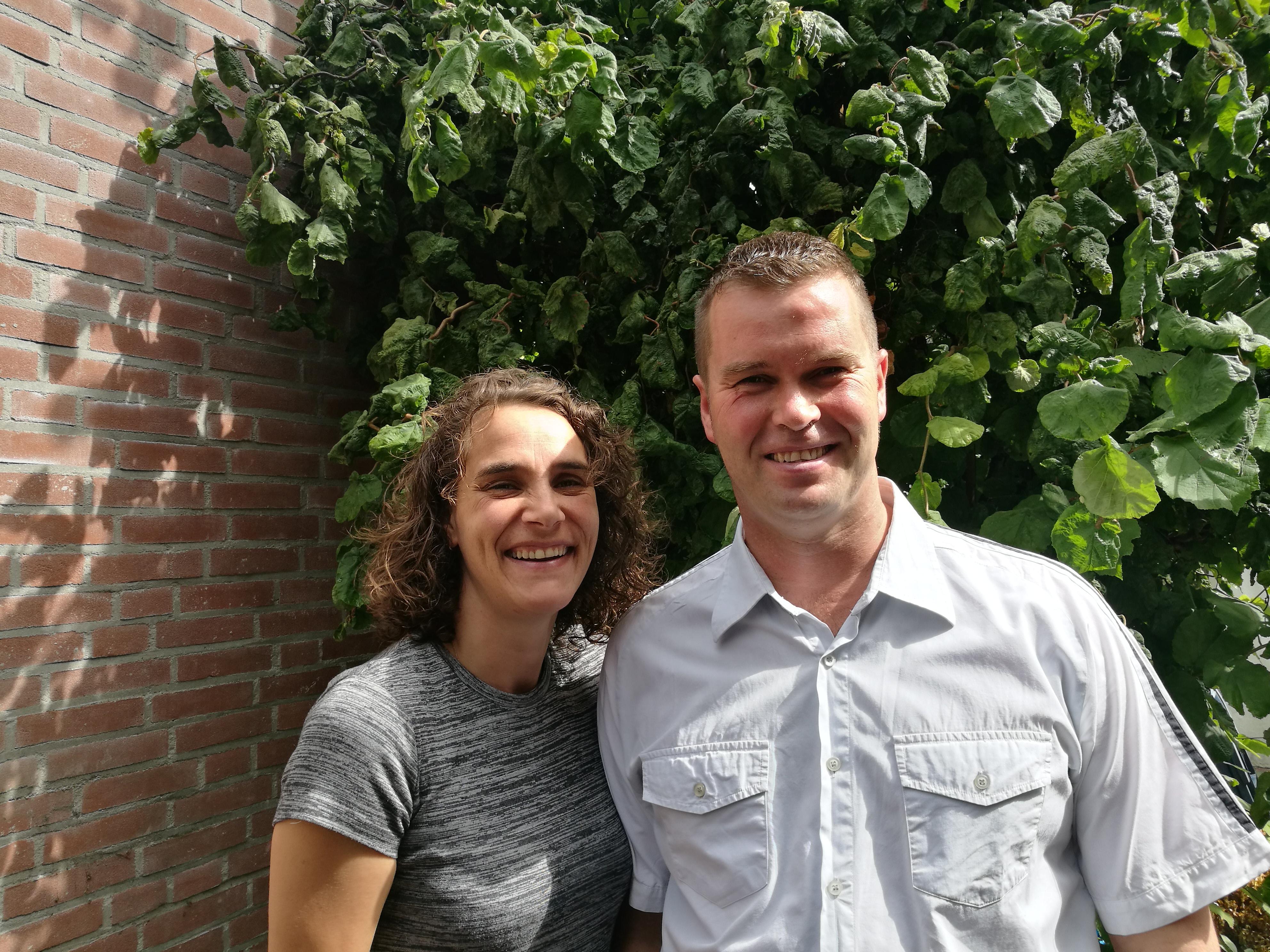 Willeanne Kager-Swanink en André Kager casual bij plant en boom