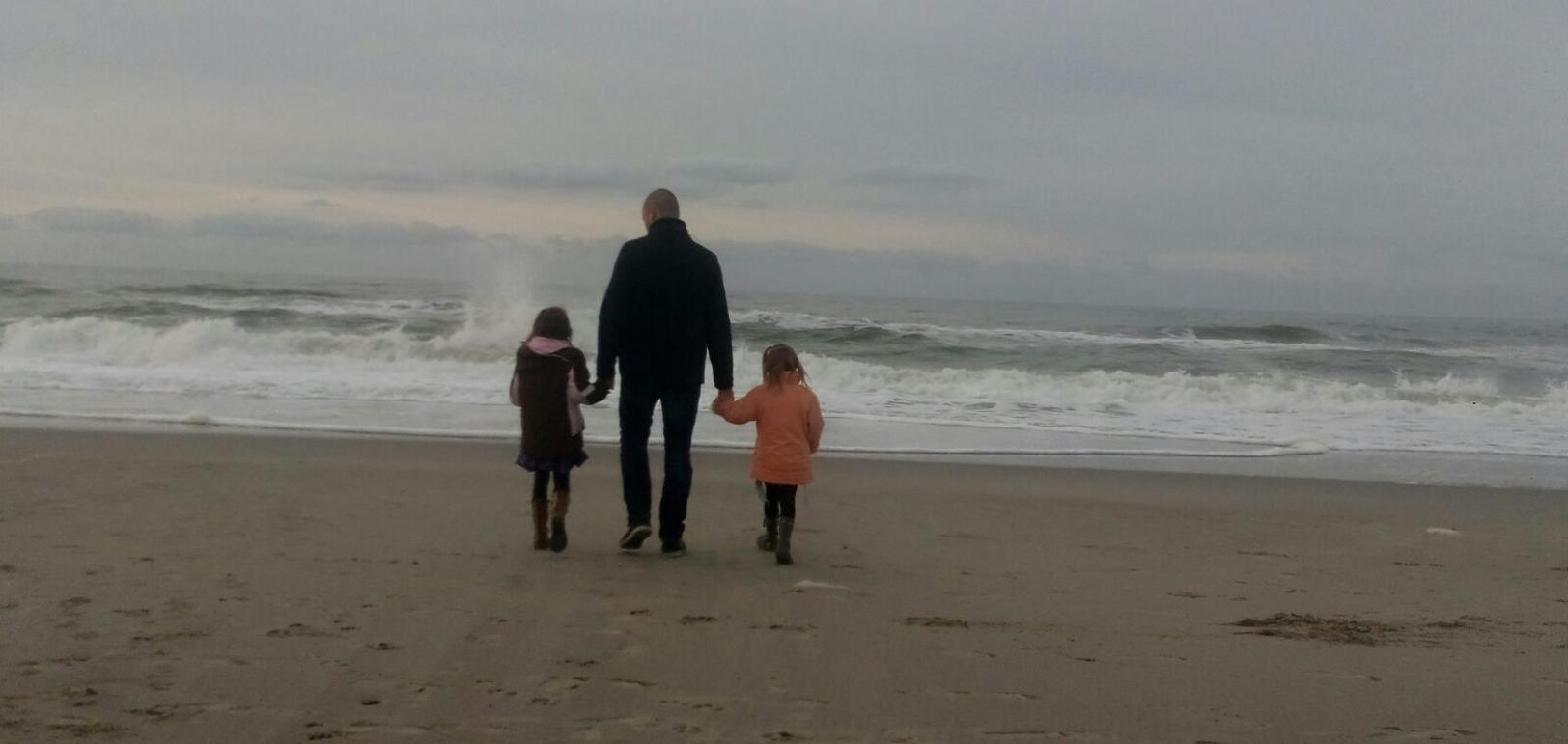 André met Julia en Merle op het strand